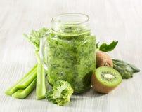 Batido verde saudável em uma caneca do frasco de espinafres Fotografia de Stock