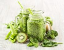 Batido verde saudável em uma caneca do frasco de espinafres Imagens de Stock