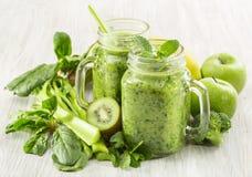 Batido verde saudável em uma caneca do frasco de espinafres, de quivi, de brócolis e de maçã Fotos de Stock Royalty Free