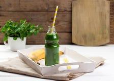 Batido verde saudável em uma tabela de madeira Imagens de Stock Royalty Free