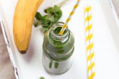 Batido verde saudável em uma tabela de madeira Foto de Stock