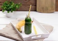 Batido verde saudável em uma tabela de madeira Imagem de Stock Royalty Free