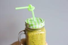 Batido verde saudável na mão do ` s da mulher Vegetariano, alimento cru, desintoxicação e estilo de vida da dieta Imagens de Stock Royalty Free