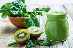 Batido verde saudável no frasco dos espinafres, do quivi e do aipo Foto de Stock Royalty Free