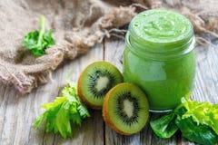 Batido verde saudável no frasco dos espinafres, do quivi e do aipo Fotos de Stock