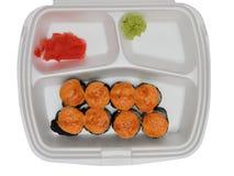 Batidores del sushi en un envase de plástico con wasabi y el jengibre imagenes de archivo
