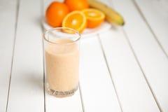 Batidos alaranjados da bebida saudável na tabela de madeira Fotos de Stock Royalty Free