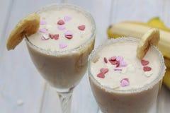 Batidos caseiros ou cocktail da banana na tabela de madeira fotografia de stock royalty free