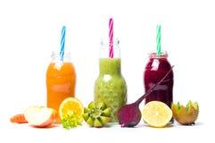 Batidos coloridos com os frutos isolados Imagens de Stock