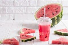 Batidos da melancia Juice In um o copo plástico com uma palha Fre Foto de Stock Royalty Free