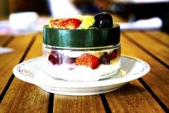 Batidos da sobremesa com frutos em uma placa branca Fotos de Stock