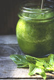 Batidos de espinafres frescos para o café da manhã Foto de Stock