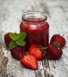 Batidos de fruta da morango com morangos frescas Fotos de Stock