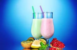 Batidos de leche con las frutas imagen de archivo