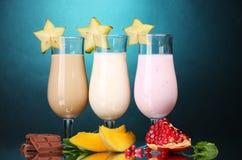 Batidos de leche con las frutas y el chocolate imagen de archivo