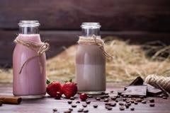Batidos de leche naturales del chocolate y de la fresa Imagenes de archivo