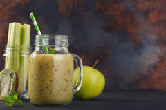 Batidos do quivi, do aipo e da maçã em um frasco de vidro Fotografia de Stock