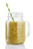 Batidos do quivi, do aipo e da maçã em um frasco de vidro Foto de Stock