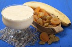 Batidos dos frutos secados do abricó, das passas e da banana com Fotografia de Stock
