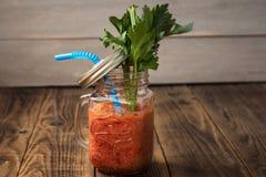 Batidos e aipo frescos do tomate em um frasco Foto de Stock