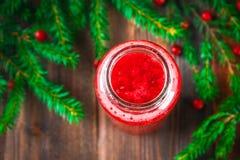 Batidos frescos da airela, de uma bebida saudável suculenta da vitamina com bagas, do conceito da nutrição e da saúde Ramos Spruc Imagem de Stock Royalty Free