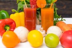 Batidos saudáveis com os ingredientes frescos sortidos imagem de stock