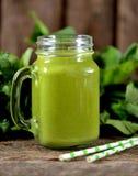 Batidos saudáveis no frasco de pedreiro dos espinafres, pepino, aipo, maçã, salsa com azeite Fotos de Stock