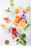 Batidos, sucos, bebidas, variedade das bebidas com frutos frescos e bagas Fotografia de Stock