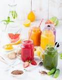 Batidos, sucos, bebidas, variedade das bebidas com frutos frescos e bagas em um fundo de madeira branco Fotos de Stock Royalty Free