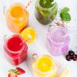 Batidos, sucos, bebidas, variedade das bebidas com frutos frescos e bagas em um fundo de madeira branco Fotos de Stock