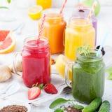Batidos, sucos, bebidas, variedade das bebidas com frutos frescos e bagas em um fundo de madeira branco Fotografia de Stock
