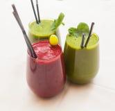 Batidos verdes e vermelhos saudáveis - superfoods, desintoxicação, dieta, saúde, conceito do alimento do vegetariano Fotos de Stock