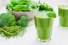 Batidos verdes frescos dos espinafres no vidro no fundo de madeira branco Conceito saudável do estilo de vida Foco seletivo Lumin Fotografia de Stock
