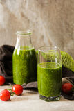 Batidos verdes para uma dieta dos espinafres Imagens de Stock Royalty Free