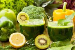 Batidos verdes saudáveis Fotografia de Stock Royalty Free