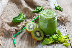 Batidos verdes saudáveis do quivi, dos espinafres e do aipo Fotografia de Stock Royalty Free