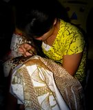 Batik de peinture d'or de fille à Yogyakarta, Java, Indonésie photo libre de droits