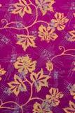 Batik indonésio roxo com teste padrão das folhas Imagens de Stock Royalty Free