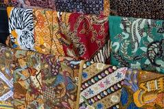 Batik indon?sio tradicional - a t?cnica de cera-resiste a tingidura aplicada ao pano inteiro, ou o pano fez usando esta t?cnica,  imagens de stock royalty free