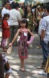 Batik que lleva modelo de los niños asiáticos en la pista del desfile de moda Fotos de archivo libres de regalías