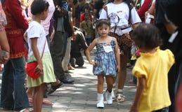 Batik que lleva modelo de los niños asiáticos en la pista del desfile de moda Fotografía de archivo libre de regalías