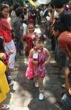 Batik que lleva modelo de los niños asiáticos en la pista del desfile de moda Foto de archivo libre de regalías