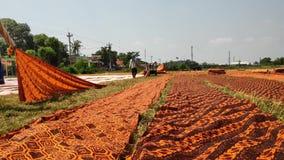 Batikarbeitskräfte, wenn Batikstoff getrocknet wird stock footage