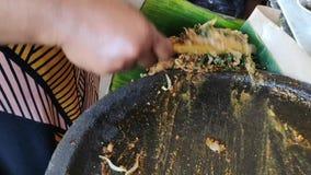 Batikarbeitskräfte, wenn Batikstoff getrocknet wird stock video