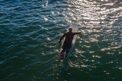 Batimiento de Longboard que practica surf Imagen de archivo