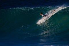 Batimiento de practicar surf de deslizamiento de la onda Fotos de archivo