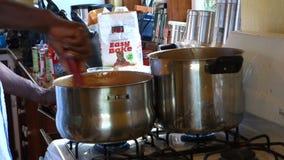 Batir la sopa de mariscos de la langosta en la pizzería del mac, Bequia almacen de video