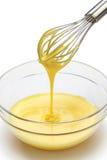 Batir las yemas de huevo y el azúcar en un cuenco Fotografía de archivo libre de regalías