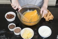 Batir los huevos y el azúcar imagen de archivo libre de regalías