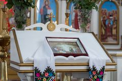 Batismo de uma criança na igreja ortodoxa ucraniana Tabela do ` s do senhor foto de stock